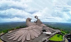 Aigle géant en béton de Rajiv Anchal